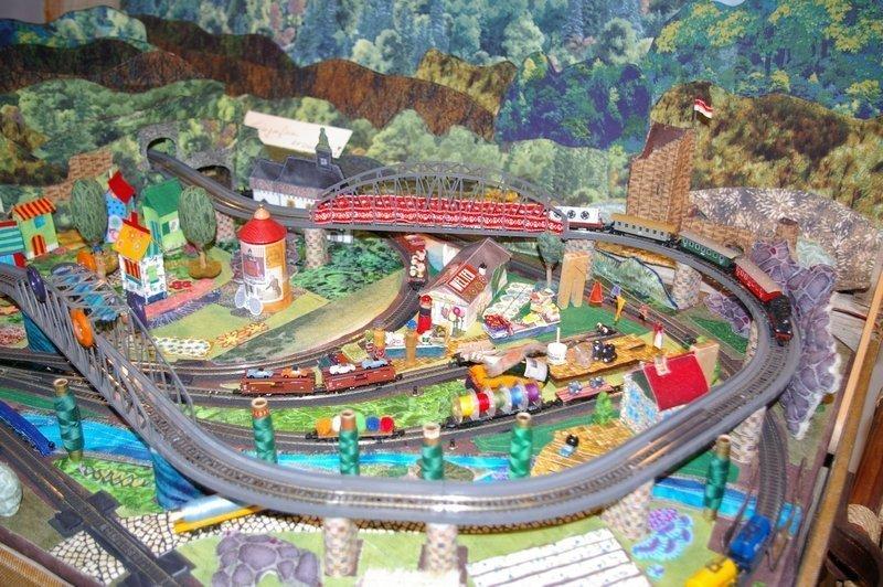 Die von Klaus Hohmann und Martina Rug gestaltete textile Modellbahn konnte beim Handwerkertag im TRM besichtigt werden. Foto: TRM