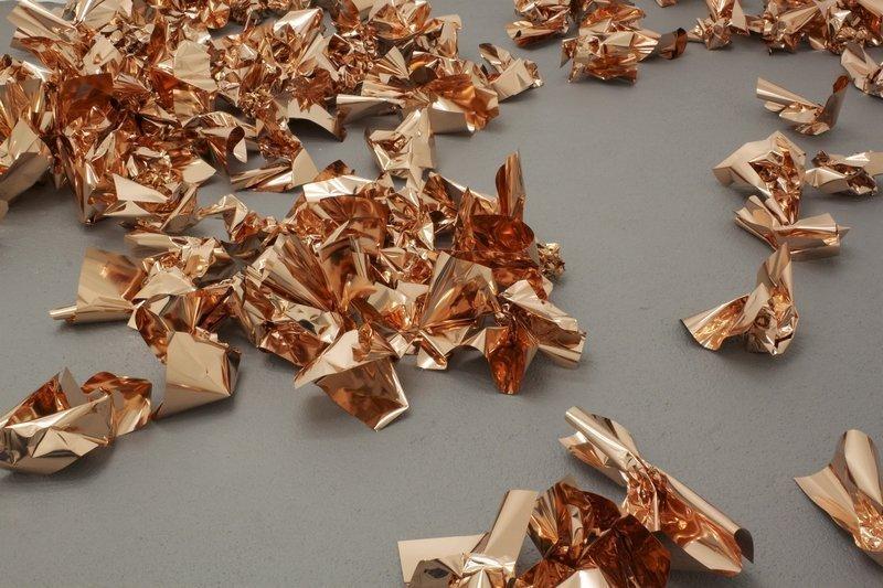 """Natalia Stachon, """"RAJ"""", 2011/12, 45 Kupferblätter in DIN A4-Größe, poliert und zerknittert Courtesy Loock Galerie, © Natalia Stachon."""