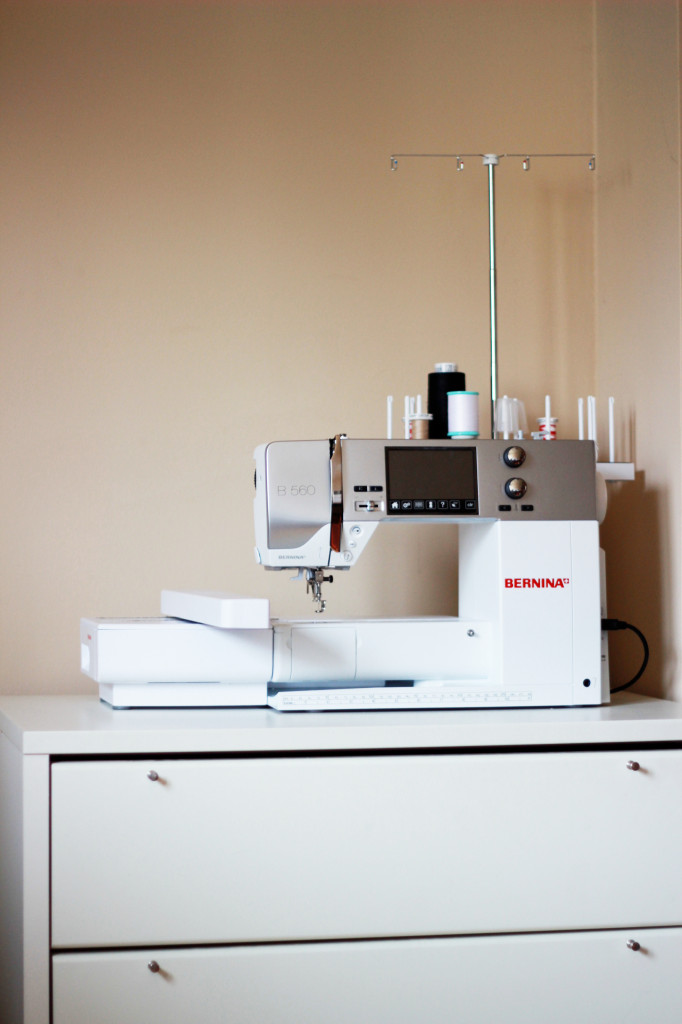 BERNINA 560 Stickmaschine mit Mehrfachgarnrollenhalter