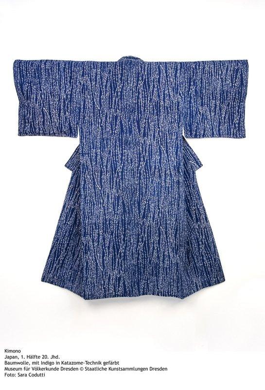 Kimono Japan, 1. Hälfte 20. Jhd. Baumwolle, mit Indigo in Katazome-Technik gefärbt Museum für Völkerkunde Dresden © Staatliche Kunstsammlungen Dresden Foto: Sara Codutti