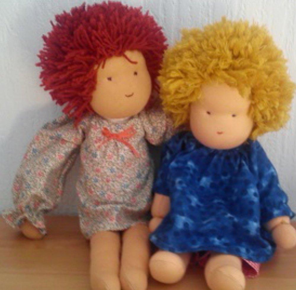 Die große Puppenfamilie  Es ist soweit: die Puppen sollen hier tanzen. Das ist dann auch der letzte Beitrag über die Puppen-Mitmachaktion von BERNINA. Die Puppen sind so unterschiedlich geworden, jede ist für sich ein wunderschönes Unikat. Bei der Vorstellung der Puppen haben viele von der Freude, die diese Püppchen den Beschenkten bereitet haben, erzählt. Für das Beitragsbild auf dem BERNINA-Blog konnte ich mich nicht für ein Püppchen entscheiden, alle hätten diese Startseite verdient. In Vertretung all dieser Puppen tanzen dann meine verschiedenen Puppen auf der Startseite.  Ich werde jetzt der Reihe nach die Puppen zeigen. Und zwar so, wie die Bilder der fertigen Puppen  mir per email oder im Community-Bereich gezeigt wurden. Die bunte Puppenparade beginnt mit den Puppen von naehfan: