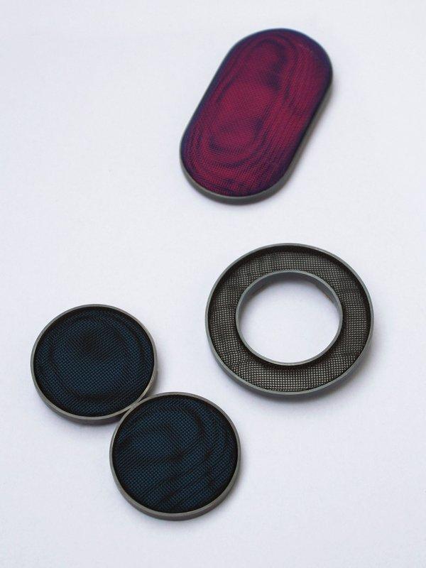 Thanh-Truc Nguyen, 2014 Broschen 'Moiré'                              Silber oxidiert, pulverbeschichtetes Edelstahlgewebe  ISSP-Förderankauf Foto freundlicherweise vom schmuckmuseum pforzheim zur Verfügung gestellt