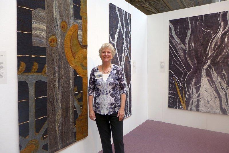 Ann Johnston (USA) in ihrer Ausstellung 'The Contact: Quilts of the Sierra Nevada' beim Festival of Quilts 2014 Foto: Gudrun Heinz