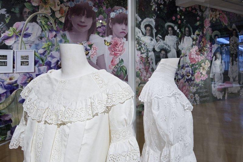 Damenkleid, Maschinenstickerei, Broderie Anglaise, 1830-40. Foto: Stefan Rohner, 2015