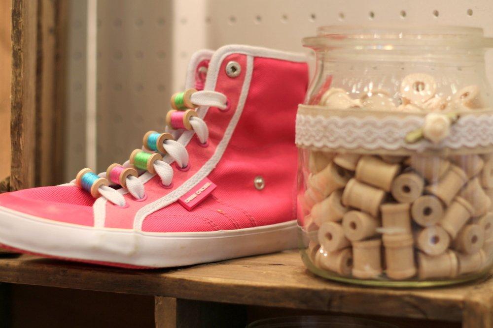mit winzigen Holzspulen Sneaker aufpeppen