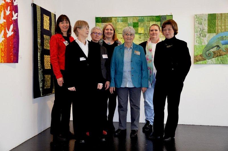 Die Gruppe 'roter Faden': von links nach rechts: Annette Valtl, Liesle Dobratz, Margit Amann von Glembotzki, Britta Pandel-Rood, Regine Wicke, Marina Fleer, Mechthild Vaupel. leider nicht auf dem Foto zu sehen sind die Gruppemitglieder: Karin Allstadt, Ulrike Holzhüter und Hanna Milchereit