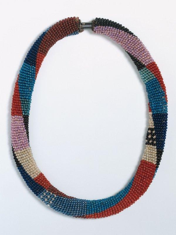 Sophie Taeuber-Arp Halskette, 1918-1920 Perlen, gefädelt; Schlingtechnik 40 cm Länge Aargauer Kunsthaus, Aarau / Depositum aus Privatbesitz © Foto: Peter Schälchli, Zürich
