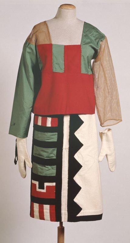 Sophie Taeuber-Arp Kostüm 'Hopi-Indianer', um 1922 Verschiedene Stoffe, Filz 161 x 38 x 24 cm Aargauer Kunsthaus, Aarau /Depositum aus Privatbesitz © Foto: Peter Schälchli, Zürich