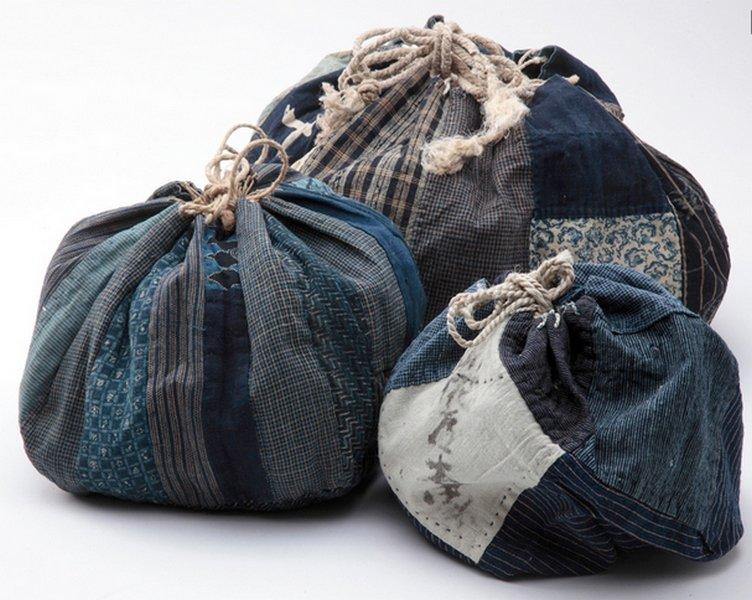 Drei Taschen für Reis (kome bukuro) Spätes 19. Jahrhundert, Indigo gefärbte Baumwolle Sammlung Stephen Szczepanek