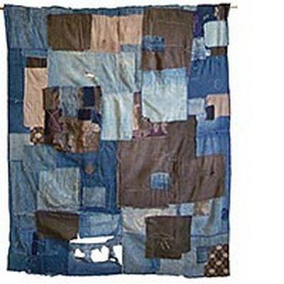 Futon-Decke (futonji) Erste Hälfte 20. Jahrhundert, Indigo gefärbte Baumwolle, u.a. mit Ikat-Mustern bedruckte Baumwollstoffe (nikoniko kasuri) Sammlung Stephen Szczepanek