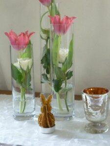 Hase mit Tulpen