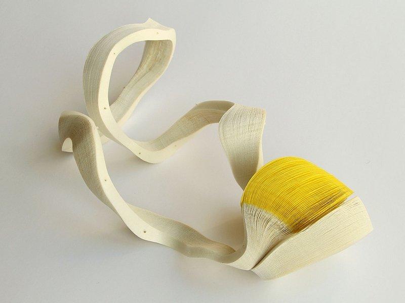 Janna Syvaenoja (FI): UNTITLED I  Halsschmuck, 2012, Papier, Stahldraht Foto: von der Galerie Handwerk, München, zur Verfügung gestellt