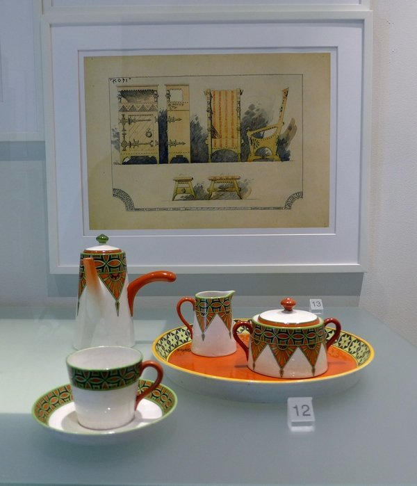 Kaffeeservice Fennia (Fayence, handbemalt, 1902), hergestellt von Arabia Eliel Saarinen: Skizze für ein Interieur (1897) Foto mit freundlicher Erlaubnis von Designmuseo Helsinki