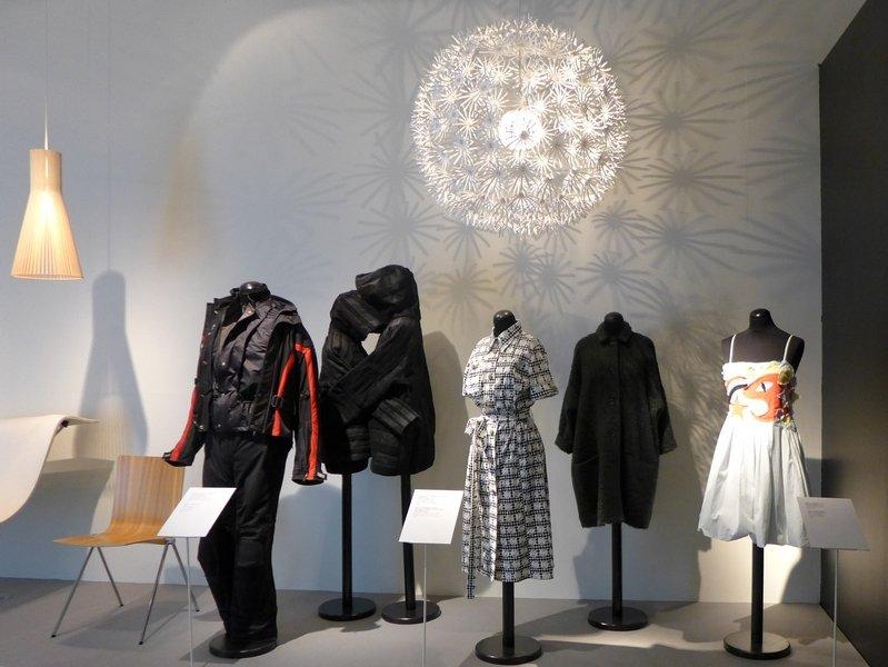 Finnisches Design der 2000er Jahre (v.l.n.r.): Marcus Arvonen: Leuchte (Stahl, Polypropylen, Polyäthylen, 2010) Jasmiine Julin-Aro: Motorradjacke und -hose (mit Gore Tex beschichtetes Material, 2001) Aamu Song + Johan Olin: Jacke für einsame Leute (2004) Paola Suhonen: Kleid (BW, Siebdruck, 2004) Samu-Jussi Koski: Jacke (Wolle, Mohair, Polyamid, 2011) Piia Rinne + Noora Niinikoski: Kleid (BW, 2004) Foto mit freundlicher Erlaubnis von Designmuseo Helsinki