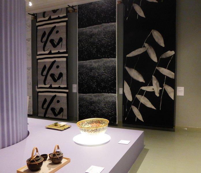 Blick in die Ausstellung 'postmodernismi 1980 - 1995'  Japanisch-finnische Kooperation, Stoffe produziert von marimekko Foto mit freundlicher Erlaubnis von Designmuseo Helsinki
