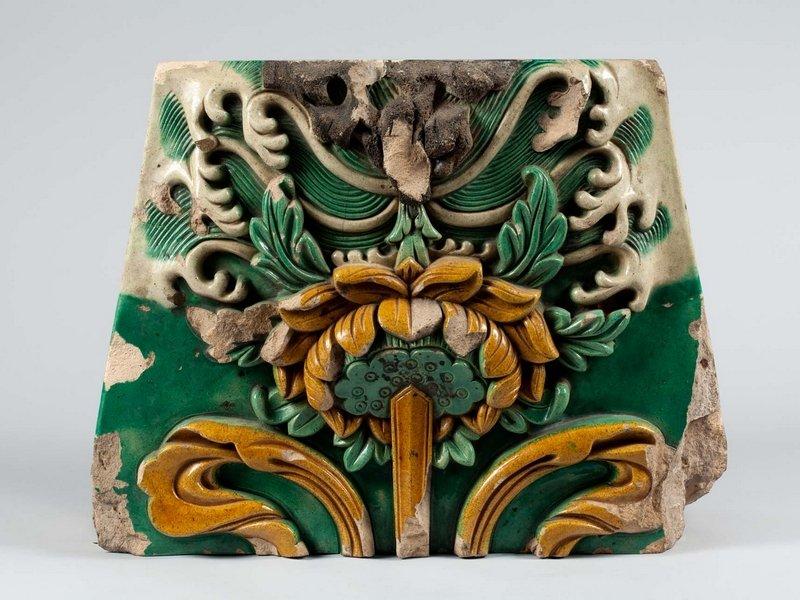 Wandziegel mit Dekor von Lotos, der auf einem Felsen dem Wasser entspringt, Qing-Dynastie, 18. Jh., Steinzeug, wahrscheinlich kaiserlicher Ofen bei Beijing, Fa 53 Foto: vom Museum zur Verfügung gestellt