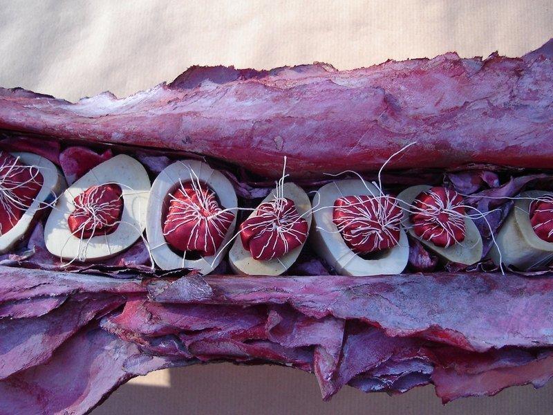 Katherine Tinteren-Klitzke: Symbiose 8, Detail Papier, Knochen, Stoff und Garn Foto: K. Tinteren-Klitzke
