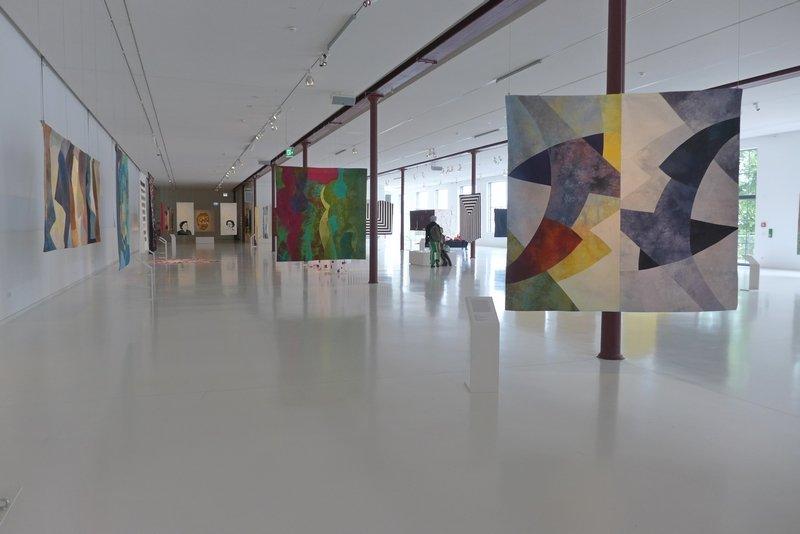 Blick in die Ausstellung 'Quilts - 22 Textile Positionen' Foto: Gudrun Heinz