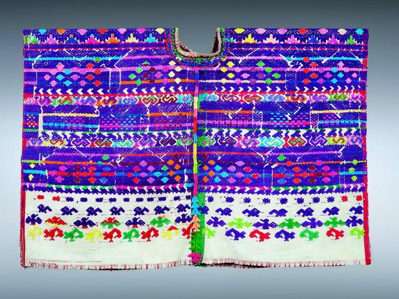 Frauenbluse (huipil) Baumwolle, Guatemala Slg. Hans-Jörk Wietfeldt, ca. 1970 GRASSI Museum für Völkerkunde zu Leipzig © Staatliche Kunstsammlungen Dresden Foto: Bernd Cramer