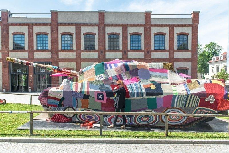 Künstlerin Barbara Niklas legt letzte Hand am Strickkleid für den Panzer an  Foto: Felix Weinold