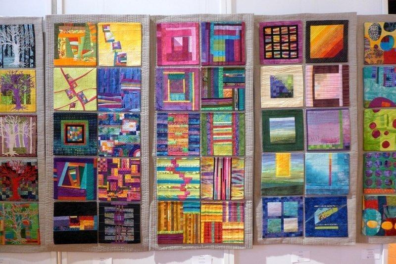 In der Mitte: Arbeiten von Sylvie Linz, Mari-Carmen Pujante, Maria Drachsel (v.l.n.r.) Ausstellung 'Textile Dialoge' - Gruppe LIMERIA