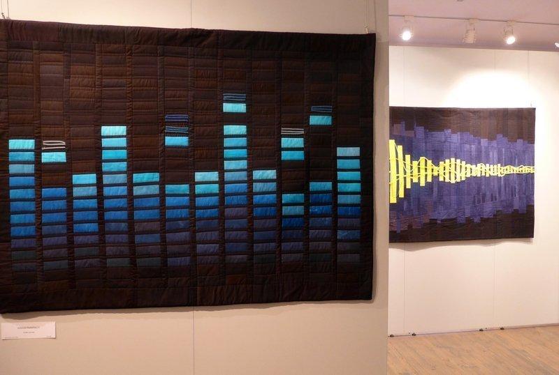 Arlette Schnabl: Wassermarsch (li) und Breitwegerich (re hinten) Ausstellung 'Musik trifft Stoff' - Network Quilters