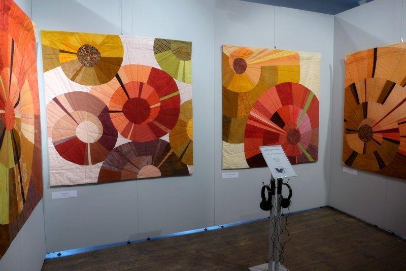 Anita Lang: One By One (hinten li), Die Jagd der Löwinnen (hinten re), Schattenland (seitlich re) Ausstellung 'Musik trifft Stoff' - Network Quilters