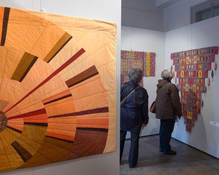 Anita Lang: Schattenland, Detail (li), Pia Welsch: Kimonos (re) Ausstellung 'Musik trifft Stoff' - Network Quilters