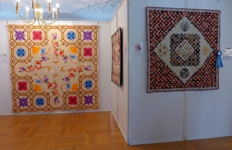 Käte Behrens: Ribbons & Blooms, 235 x 235 cm (li), Andrea Keuchel: Japanisches Medaillon, 135 x 135 cm (re) Ausstellung 'WQC Quilts 2014'