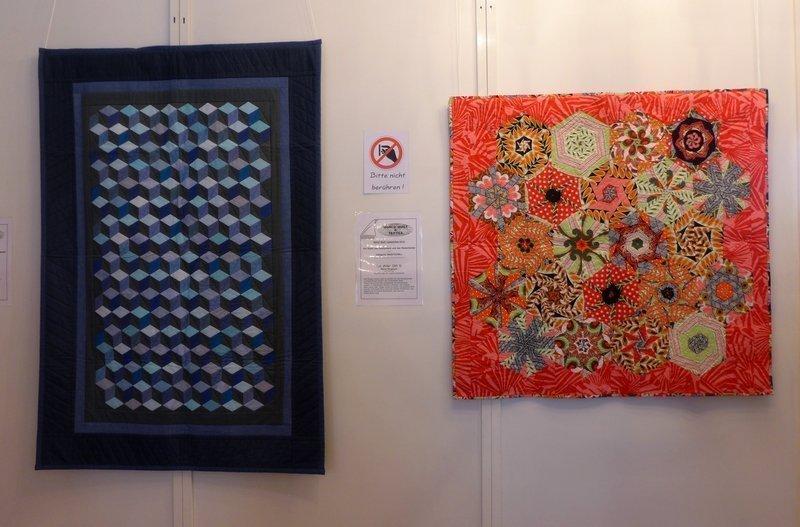 Petra Niermann: Rubikon, 95 x 138 cm (li), Maria Duglosch: Eyecatcher, 101 x 97 cm (re) Ausstellung 'WQC Quilts 2014'