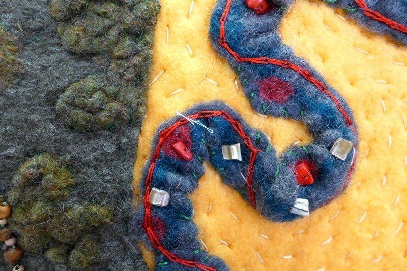 Brigitte Simon: Serpent + Mound (nach dem Zeremonialplatz in Ohio), Detail Ausstellung 'Perlenquilts' - Ausschreibung der Patchworkgilde