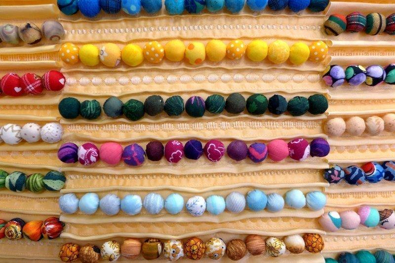 Anja Brenndörfer: Perlenketten (über) 30 Jahre Stoffrecycling, Detail Ausstellung 'Perlenquilts' - Ausschreibung der Patchworkgilde