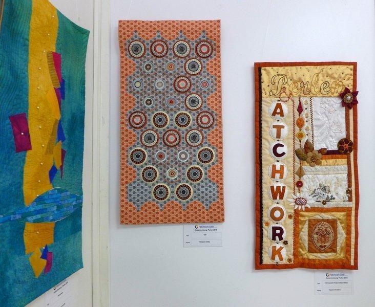 Ulrike Tillmanns: 30 (li), Christina Haasler: Patchwork und Perlen triben Blüten (re) Ausstellung  'Perlenquilts' - Ausschreibung der Patchworkgilde