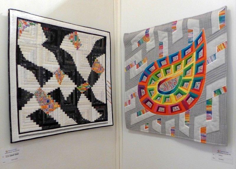 Angelika Böhler: Brücken bauen, aber irgendeine Baustelle bleibt immer (li), Monika Flake: Farbklang (re) Ausstellung 'Log Cabin' - Ausschreibung der Patchwork Gilde
