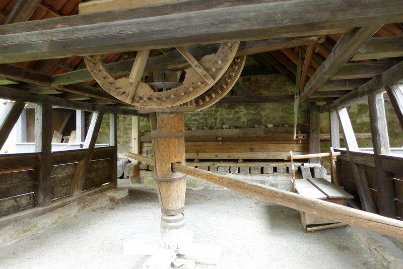 'Färbermang' von 1735 Eine technikgeschichtliche Rarität: eine ganz aus Holz gefertigte grosse Kaltmangel für die Färberei.