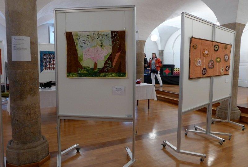 Manuela Thässler-Birr: Im Postpark (li), Tamara Leichtfried: Schwebende Kreise Ausstellung 'Zertifikat-Quilts'