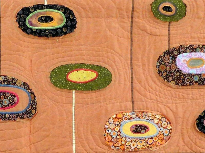 Tamara Leichtfried: Schwebende Kreise, Detail Ausstellung 'Zertifikat-Quilts'