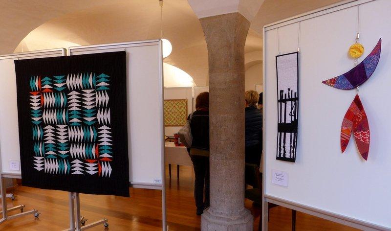 Babette Kasten: Vogelflug (li), Gesche Leinweber: Der Tänzer - Bewegung in Schwarzweiss (re) Ausstellung 'Zertifikat-Quilts'