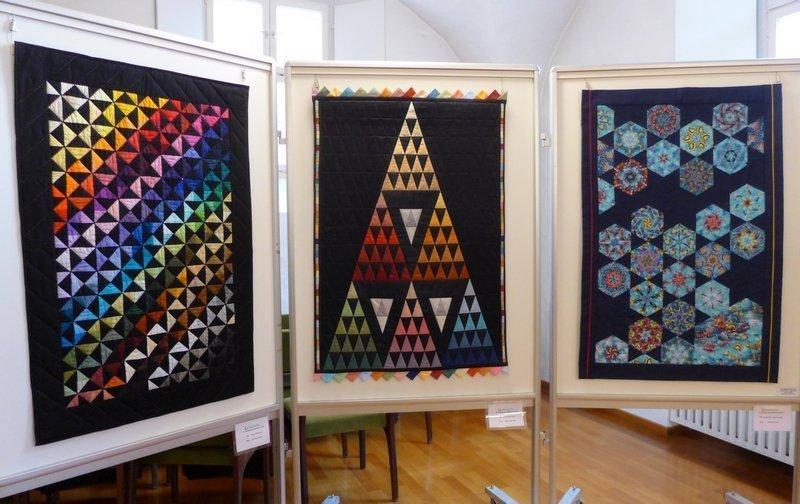 Manuela Brenner: Meine Welt ist bunt (li), Tamara Leichtfried: Faszination Dreieck (Mitte), Sabine Schneider: Korallenriff - findest du Nemo? (re) Ausstellung 'Zertifikat-Quilts'