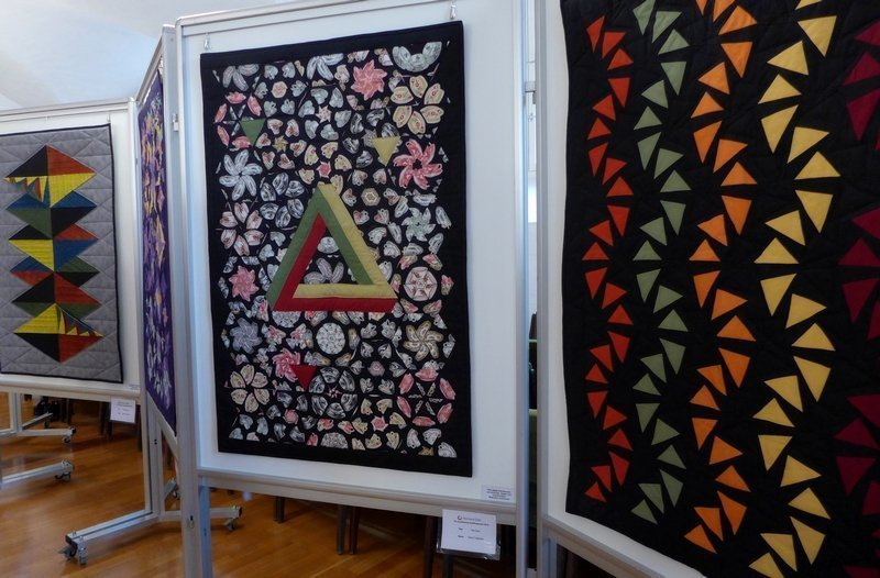 Astrid Trostmann: Tea Cups (li), Manuela Thässler-Birr: Am abendlichen Himmel (re) Ausstellung 'Zertifikat-Quilts'