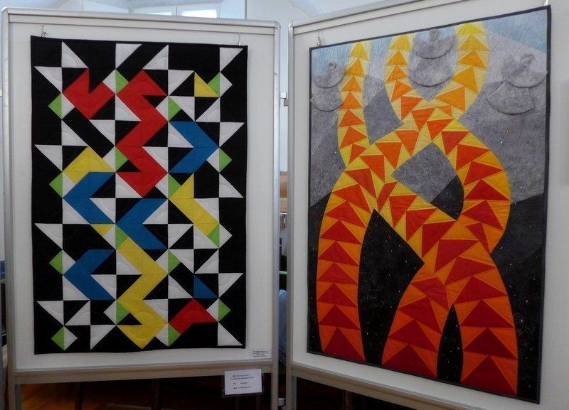 Kristiane Harrendorf: Übergänge (li), Gesche Leinweber: tri-angles (re) Ausstellung 'Zertifikat-Quilts'