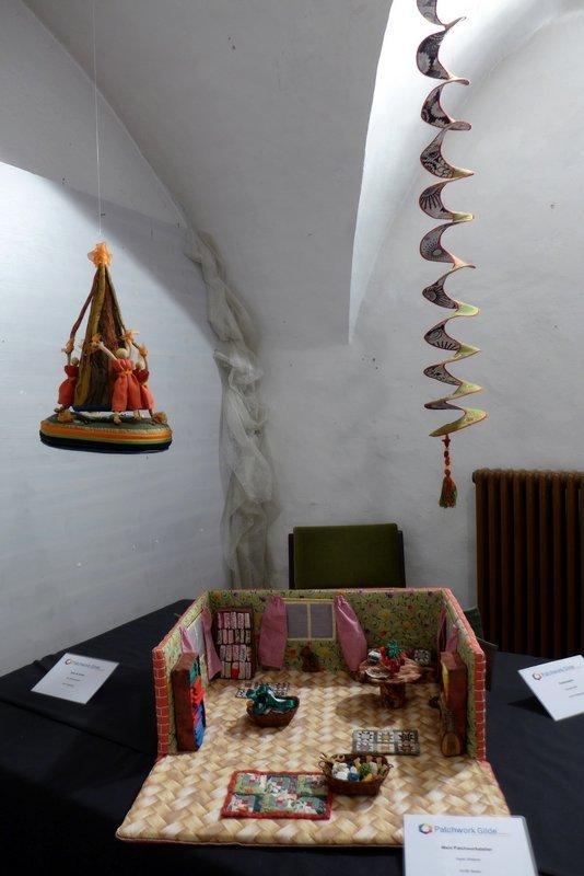 Ilse Scheckenbach: Tanz im Glück (li), Ingrid Wieland: Mein Patchworkatelier (Mitte), Gabriele Bach: Farbenspiel, Detail (re) Ausstellung '3D' - Ausschreibung der Gilde