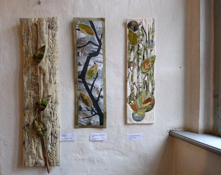 Margreth Rössler-Wacker: Blattwerk - Leafage (li), Lieselotte Sohr: Noch grünt und blüht die Erde (Mitte), Claire Grosfilley: 'Amenity' urban forest (re) Ausstellung 'Forest for ever'