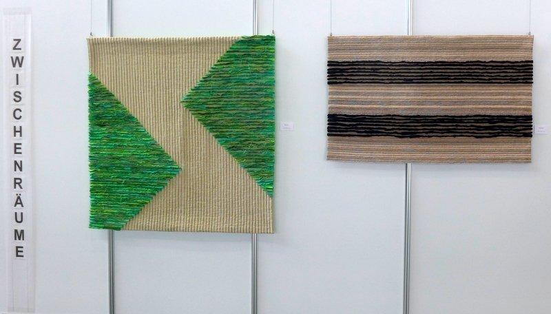 Margit Amann von Glembotzki:  Regenwald I, Holz, Baumwolle, Leinen (li), Regenwald II, Holz Baumwolle, Leinen (re)  Ausstellung 'Zwischenräume'