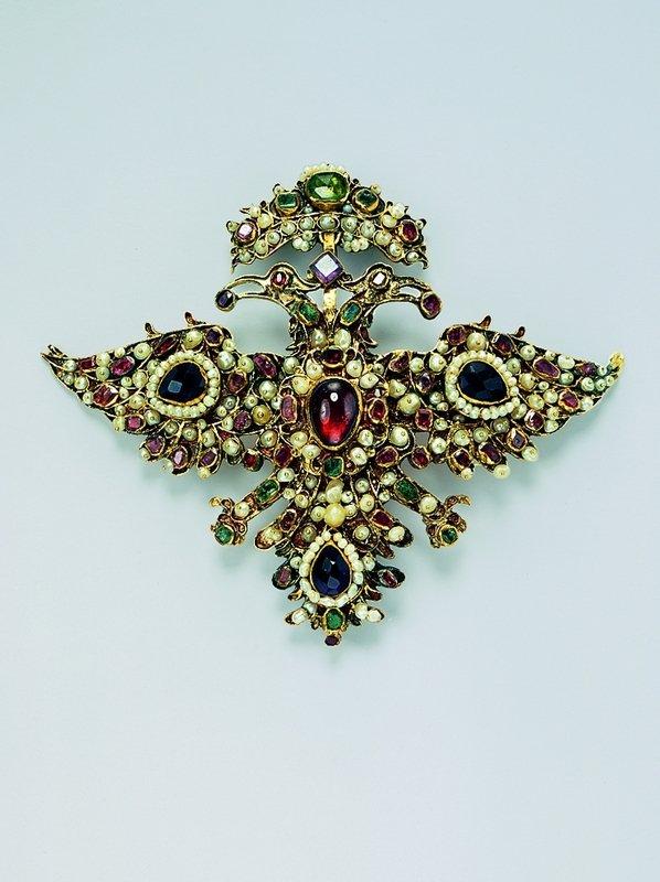 Doppeladler-Agraffe Gold, Perlen, Edelsteine Vermutlich Oberitalien, um 1680-1690 © Schmuckmuseum Pforzheim Foto: Günther Meyer