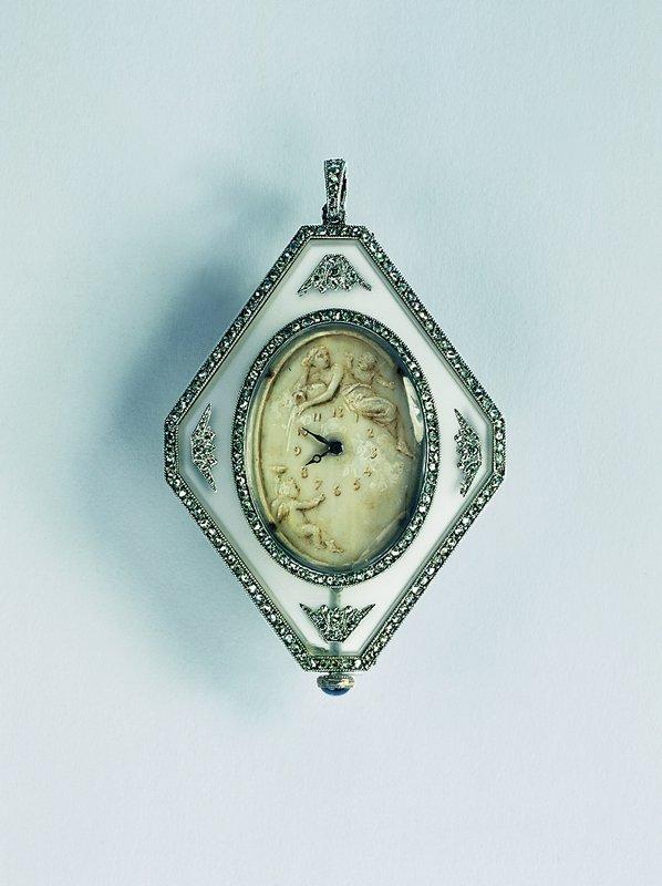 Anhängeuhr Bergkristall, Platin, Diamanten, Elfenbein Boucheron Paris, um 1905 © Schmuckmuseum Pforzheim Foto: Günther Meyer