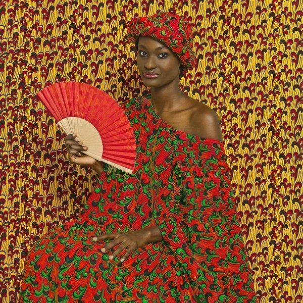 Omar Victor Diop: Aminata Fotografie aus der Serie »The Studio of Vanities«, 2013 © Victor Omar Diop, 2014, Courtesy Magnin-A Gallery, Paris