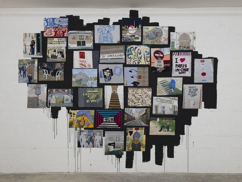 Eko Nugroho (né en 1977) La Rue parle n° 2, 2011 24 broderies de 30 x 40 cm chacune accrochées de manière aléatoire sur un aplat de peinture noire peint de manière irrégulière sur le mur Réalisation par l'artiste et son atelier, district de Yogjakarta, Indonésie ® Musée d'Art moderne de la Ville de Paris
