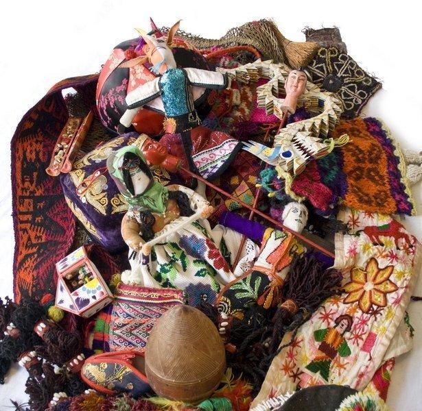 Textile Fundstücke von den Auslandsreisen von Hiltrud Schäfer Foto: Hinrich van Hülsen