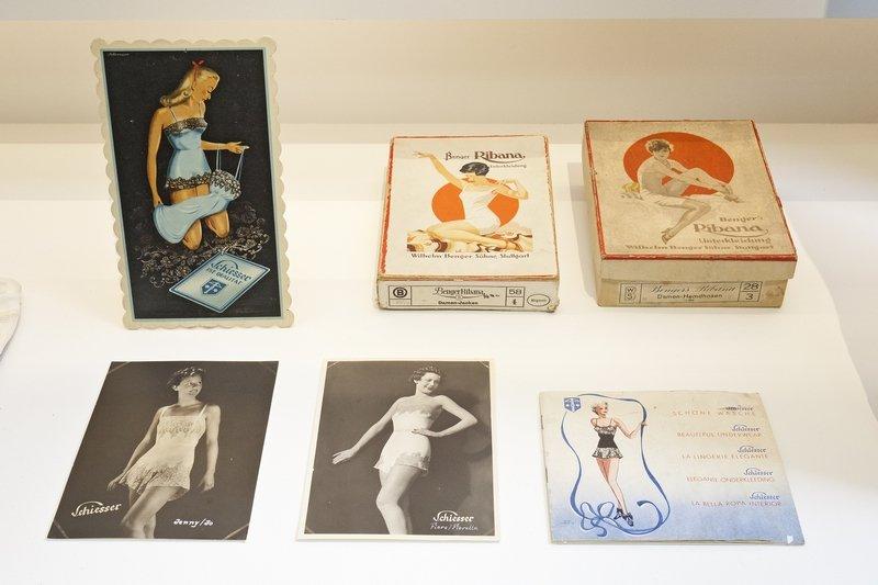 Modefotos, Werbung und Wäscheschachteln aus den 1920er und 1930er Jahren Haus der Geschichte Baden-Württemberg / Sacha Dauphin